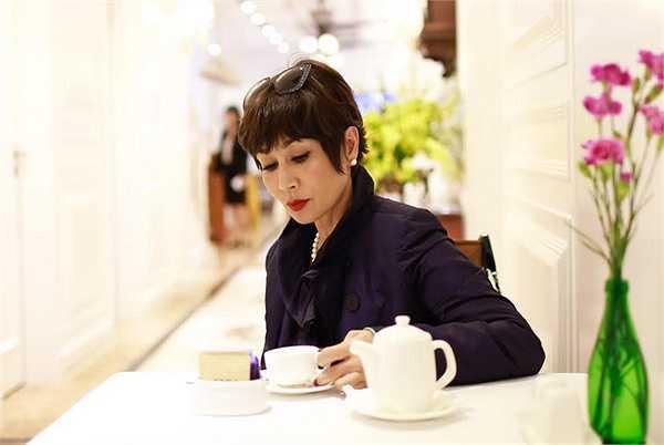 Cô thảnh thơi thưởng trà trong không gian thu Hà Nội