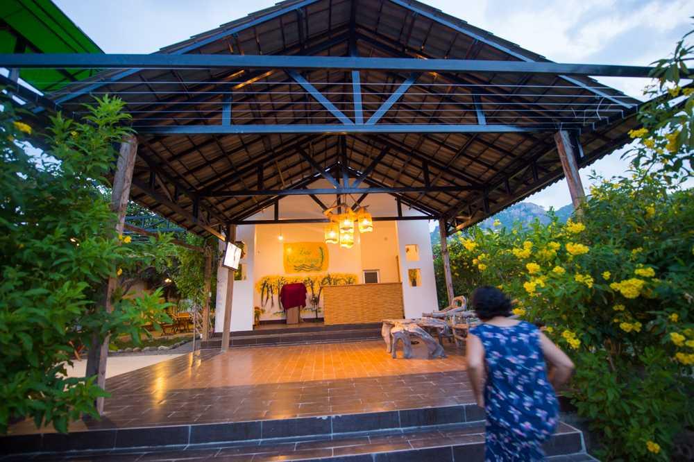 Nếu du khách không thích kiểu nhà homestay thì có thể lựa chọn trở về đất liền để nghỉ ngơi trong những nhà nghỉ sang trọng, đầy đủ tiện nghi