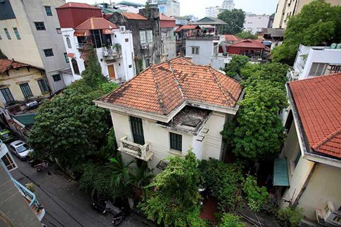 Giá biệt thự ở mặt ngõ Nguyễn Chế Nghĩa hiện được rao bán trên thị trường ở mức 250 - 300 triệu đồng/m2, tùy vị trí. Như vậy, với căn biệt thự nằm trên mảnh đất khoảng 400m2 nói trên thì giá thị trường khoảng 120 tỷ đồng.