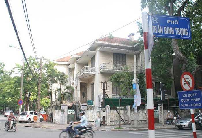 Cũng trên phố Trần Bình Trọng, nằm ngay giữa ngã tư Trần Bình Trọng - Nguyễn Du là một ngôi biệt thự cổ kiểu Pháp khác bỏ không gây sự chú ý của người dân mỗi khi qua đây.