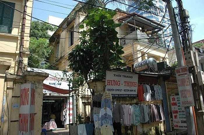 Ngôi biệt thự rộng ở số 6B, phố Quang Trung, Hà Nội được trả giá rất cao, vài trăm triệu đồng mỗi m2, nhưng chủ nhân của nó nhất quyết không bán.