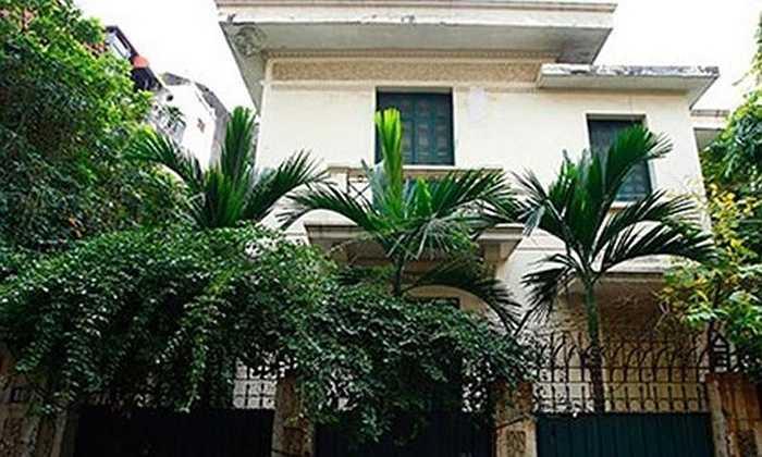 Ngôi biệt thự lâu đời ở số 12 Nguyễn Chế Nghĩa (quận Hoàn Kiếm - Hà Nội) từng gây ồn ào dư luận và báo chí vì đây từng là nơi ở của gia đình cựu Chủ tịch Hà Nội Hoàng Văn Nghiên trong nhiều năm.