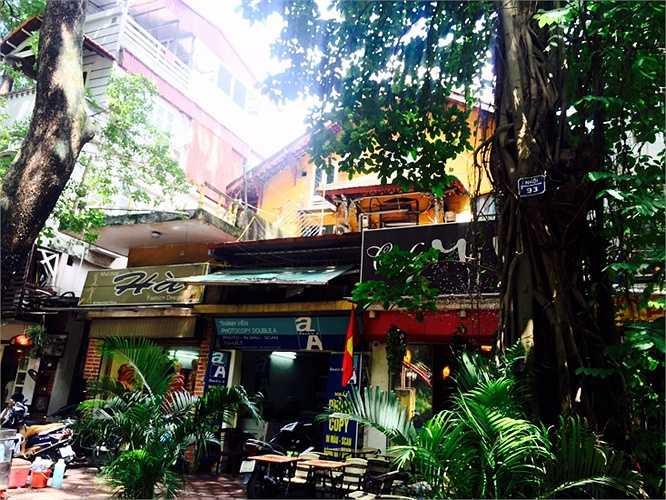 Một căn biệt thự khác được trưng dụng làm quán cafe ở ngay mặt tiền