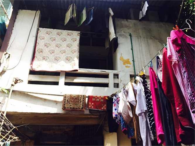 Khu nhà cổ cũ kỹ, tường bong tróc theo thời gian
