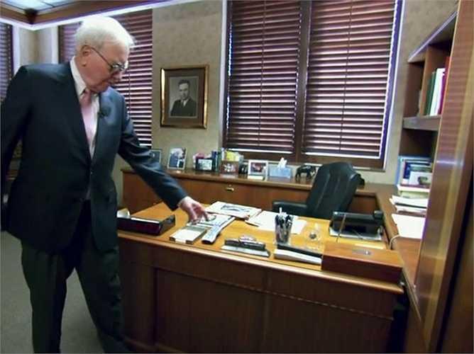 Tỷ phú 85 tuổi không sử dụng máy tính trong phòng làm việc của mình và ông cũng không sử dụng điện thoại thông minh, thay vào đó là điện thoại nắp gập