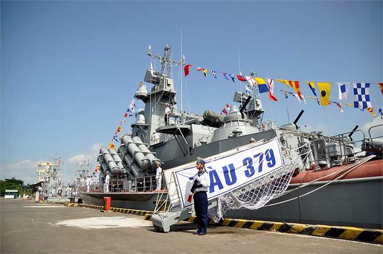 Hai chiếc tàu tên lửa tống công nhanh lớp Molniya HQ379 và HQ380 - Ảnh: Đức Trong  (Nguồn: Tuổi trẻ)