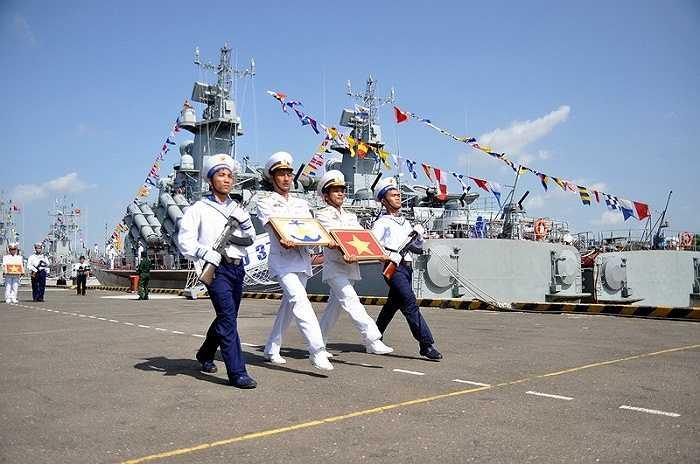 Các thuyền trưởng hai tàu HQ379 và HQ380 (Lữ đoàn Tàu pháo - Tên lửa) nhận Quốc kỳ và hải kỳ từ Tư lệnh Vùng 2 Hải Quân - Ảnh: Đức Trong