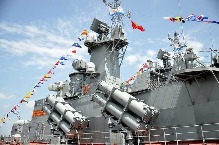 Đặc điểm nổi bật của hai tàu tên lửa tống công nhanh lớp Molniya là trang bị 16 tên lửa chống hạn cận âm Uran-E, được bố trí thành 4 module phóng hai bên thân tàu với 4 tên lửa Kh-35E - Ảnh: Đức Trong