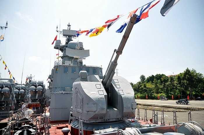 Pháo hạm tự động AK-176M, cự ly bắn khoảng 15km, cao 11km và tốc độ khoảng 120-130 viên/phút được đặc trước mũi tàu - Ảnh: Đức Trong