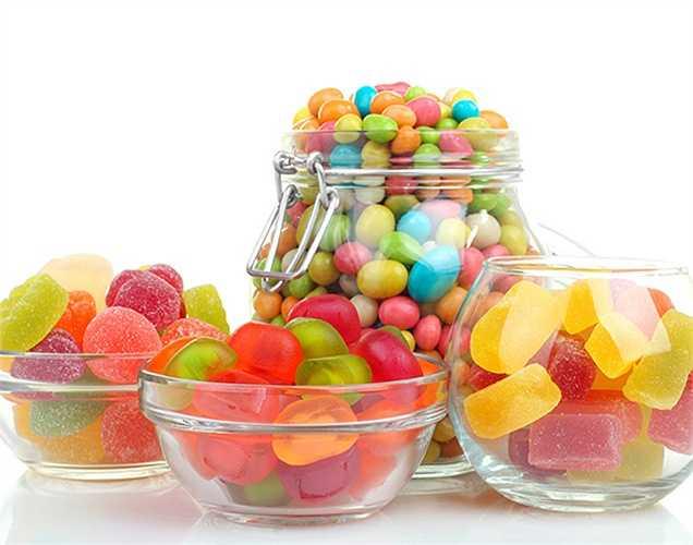 Chất tạo màu: như metanil vàng, rhodamine, cromat chì là một vài màu sắc được phép bổ sung vào thực phẩm nhất định như kẹo và đồ ngọt. Khi tiêu thụ trên một thường xuyên, nó lại ảnh hưởng đến gan, thận và làm chậm lớn.
