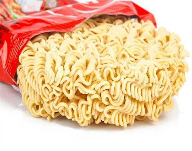 Bột ngọt (MSG) Thường được gọi là muối Trung Quốc, có hại cho cơ thể. Nếu bạn tiêu thụ thực phẩm có thành phần này sẽ làm chậm chức năng thần kinh như trí nhớ và học tập. Nó cũng dẫn đến viêm gan và đau đầu.