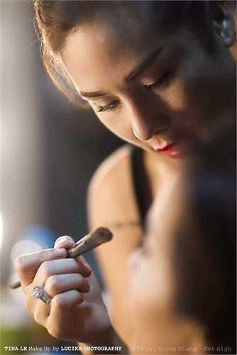 Tina Lê là một chuyên gia make up của nhiều sao Việt. Tuy nhiên, sự nổi tiếng của cô lại đến nhiều hơn khi công bố thông tin trải qua 30 cuộc thẩm mỹ lớn nhỏ để có nhan sắc hiện tại