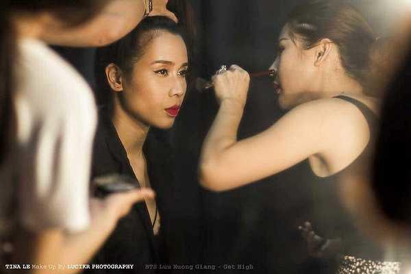 Và thế là Tina Lê được giới thiệu, chịu trách nhiệm cho về việc make up cho Lưu Hương Giang sau lần gặp đầu tiên cũng trong suốt 4 năm qua. Trang điểm cho Lưu Hương Giang nếu nắm được điểm yếu điểm mạnh trên khuôn mặt thì sẽ không khó để giúp cô đẹp lên.