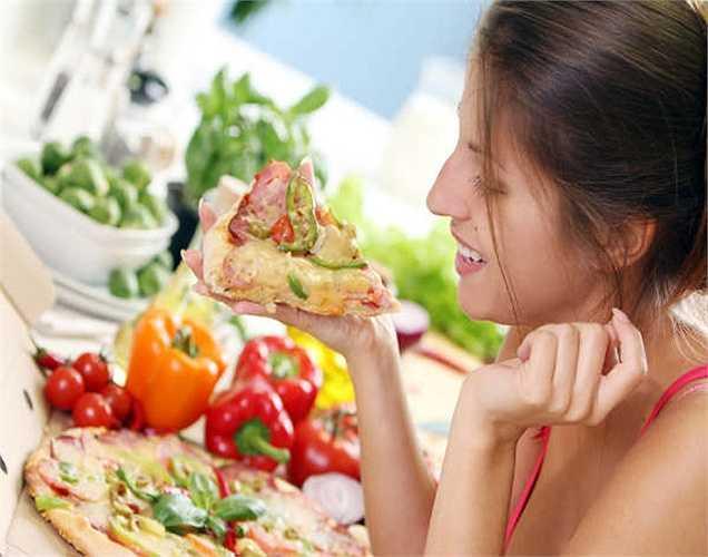 Ăn nhanh: các bác sĩ khuyên các thực phẩm cần được nhai thức ăn 30-40 lần trước khi nuốt. Nếu bạn ăn nhanh, bạn không có chất dinh dưỡng, chỉ có chất béo mà do đó không giúp bạn giảm cân.