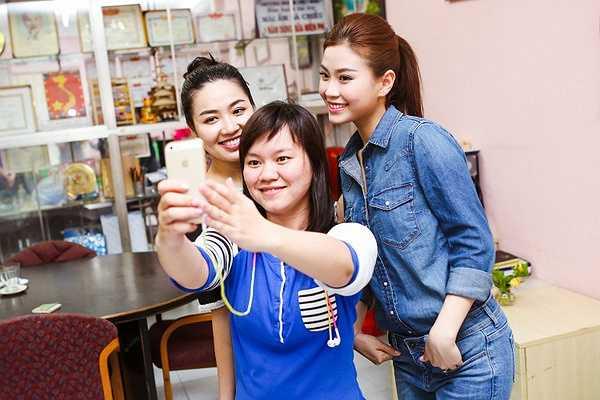 Đi cùng với Diễm Trang còn có mẹ, thời gian gần đây do công việc khá bận rộn nên mẹ Diễm Trang thường lên TP.HCM để giúp đỡ con gái trong cuộc sống thương ngày.