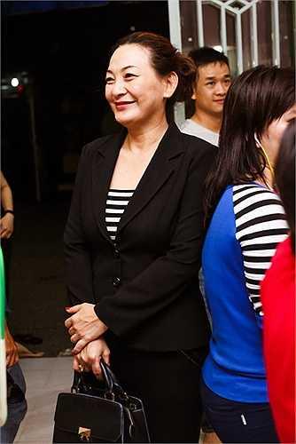 Á hậu Việt Nam 2014 diện trang phục giản dị, trang điểm nhẹ nhàng, cô rất vui khi được tham gia các hoạt động thiện nguyện.