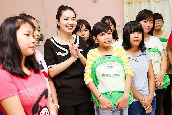 Tại chương trình, Diễm Trang và Lê Khánh đã trao cho các em nhỏ những phần quà thiết thực để giúp các em có được sự ấm áp cho mùa trung thu sắp tới.