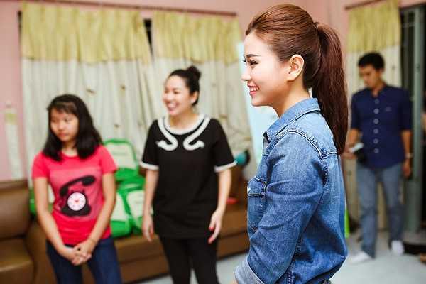 Nàng Á hậu cùng Lê Khánh đã có buổi giao lưu rất vui bên cạnh các em nhỏ, cả hai cũng lắng nghe những ước mơ của các em và cùng hứa nếu có dịp sẽ đến mái ấm Bà Chiểu nhiều hơn nữa.