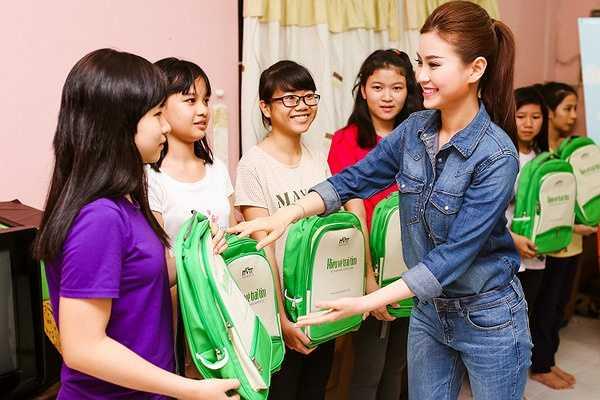 Có dịp đi từ thiện với Lê Khánh, Á hậu Diễm Trang rất vui, cô cho biết cô rất hâm mộ và quý tính cách của chị Lê Khánh, cả hai từng có dịp đóng chung phim 'Bếp của mẹ', cũng đã lâu cô chưa được gặp lại đàn chị.