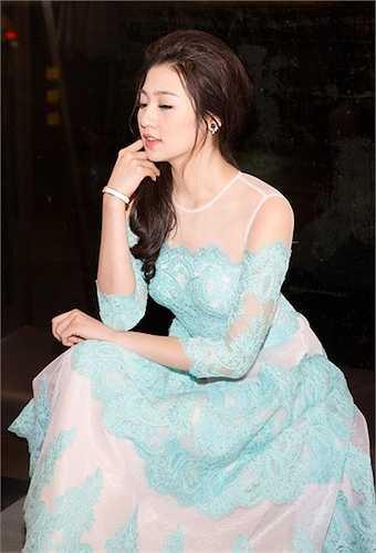 Á hậu vừa tốt nghiệp Đại học chuyên ngành báo chí và đang bắt đầu làm việc tại đài truyền hình Việt Nam.