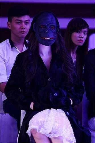 Như những lần đeo mặt nạ ở hàng ghế khán giả ...