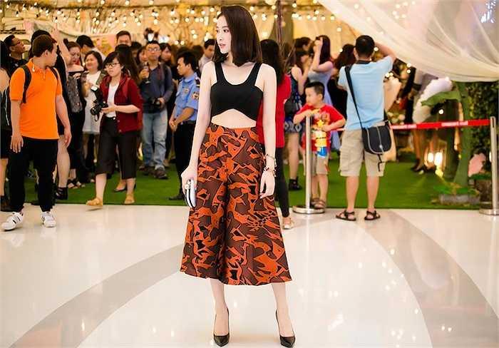 Xuất hiện ở buổi khai trương của một nhãn hàng tại TP HCM, Angela Phương Trinh gây chú ý với gương mặt xinh đẹp, phong thái trẻ trung cùng gu thời trang sành điệu.