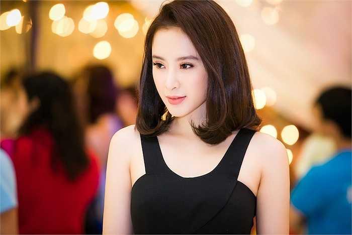 Angela Phương Trinh cùng với Diễm My 9X, Hương Giang Idol là những khách mời của sự kiện khai trương.