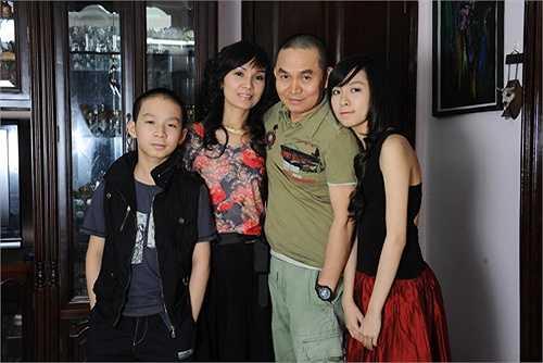 Xuân Hinh là nghệ sĩ hài nổi tiếng ngoài miền Bắc. Vợ chồng Xuân Hinh có một con gái và một con trai. Hiện con gái lớn của Xuân Hình đang du học ở nước ngoài. Gia đình nghệ sĩ hài chưa bao giờ để thị phi bủa vây.