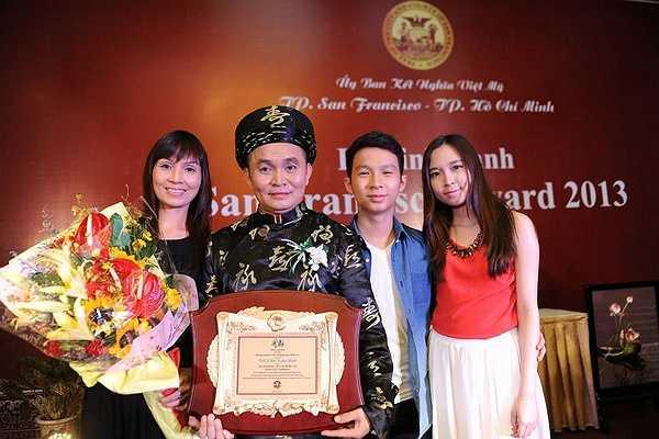 Bảo Linh cùng em trai đến chúc mừng cha nhận giải thưởng năm 2013.