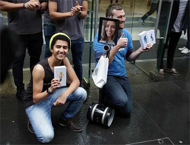 Con rô bốt đã đứng ở trước cửa hàng Apple Store Sydney từ 4h sáng 24/9. Hiện đang đứng ở vị trí số 4 trong dòng người xếp hàng
