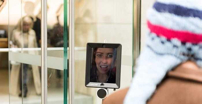 Trên iPad có gương mặt của Lucy có thể theo dõi quá trình xếp hàng, trò chuyện với mọi người qua Webcam trước