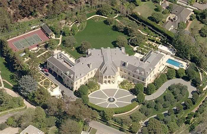 Lâu đài The Manor, bang California lớn nhất thành phố Los Angeles thuộc sở hữu của huyền thoại Aaron Spelling có hơn 120 phòng, bao gồm phòng bowling, thư viện, bếp dành cho 1000 người và nhiều quầy bar. The Manor đã được bán lại vào năm 2006.
