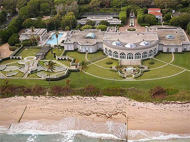 Lâu đài Maison De L'Amitie bên bờ biển Palm hiện tại thuộc sở hữu của doanh nhân người Nga Dmitry Rybolovlev. Ngay từ khi xây dựng, Maison De L'Amitie đã được trang trí toàn bộ bằng vàng và kim cương. Nhà để xe có sức chứa đến 50 chiếc, bể bơi, suối nước nóng ở khắp nơi.