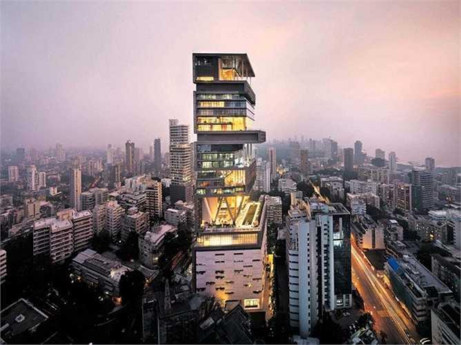 Đứng đầu danh sách là tòa nhà Antilla tuyệt diệu thuộc thành phố Mumbai. Tòa nhà cao 27 tầng với thiết kế ở mỗi tầng khác nhau, được trang bị tiện nghi hiện đại từ bể bơi, spa, phòng tập yoga, rạp chiếu phim. Chủ nhân của ngôi nhà trị giá 1 tỷ USD là Mukesh Ambani, người đứng đầu tập đoàn công nghiệp Reliance, Ấn Độ.