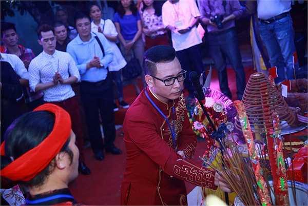 Hôm qua 24/9 (tức 12/8 âm lịch) tại Thiên Trường vọng phủ của Danh hài Vượng râu đã diễn ra lễ Giỗ Tổ sân khấu nhân ngày sân khấu Việt Nam. Buổi lễ diễn ra từ 8h sáng cho đến 22h đêm.