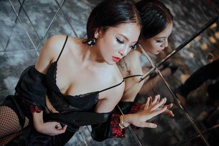 Người trang điểm cho Phương Anh thực hiện bộ ảnh là Phương Thảo - vợ của hậu vệ HAGL Bùi Văn Long. Phương Thảo cũng chính là người thuyết phục mẹ của Phương Anh để cô gái sinh năm 1998 được tham gia bộ ảnh.