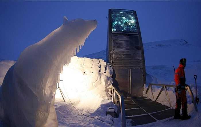 Để xây dựng Svalbard, các nhà xây dựng phải khoan sâu vào lớp đá của núi bằng hàng trăm mét. Điều này giúp các hạt giống được trữ lạnh dù mất điện gần 2 thế kỷ