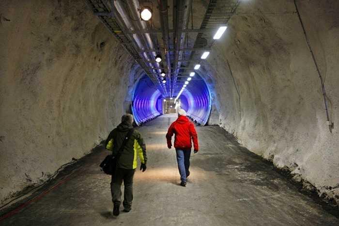 Đường hầm sâu dẫn vào các căn phòng chứa hạt giống. Nhiệt độ bên ngoài luôn ở mức -20 độ vào mùa đông hoặc xuống đến -30 độ C