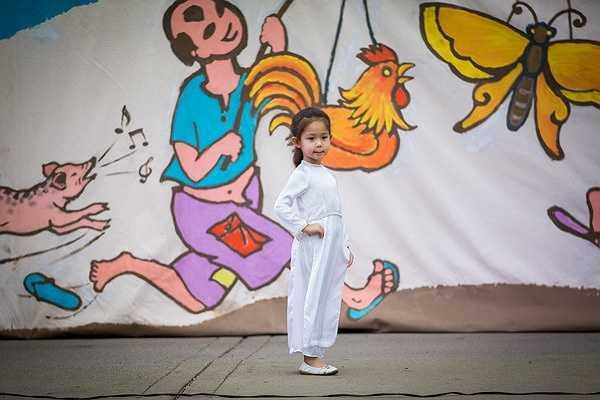 Có mặt trong buổi vui chơi còn có cô em gái ruột 4 tuổi của HH Jennifer Chung, cô bé tham gia thi áo dài và tạo dáng chụp ảnh chuyên nghiệp như người mẫu
