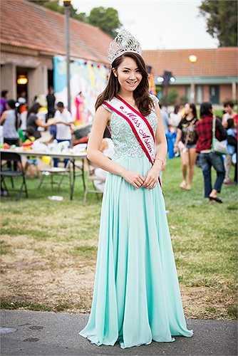 Xuất hiện khá sớm tại buổi vui chơi, HH Jennifer Chung diện một chiếc váy màu xanh đơn giản, nhiều em bé có mặt tại đây đã đùa vui rằng trông cô nàng giồng như chị Hằng mang niềm vui đến cho tất cả mọi người.