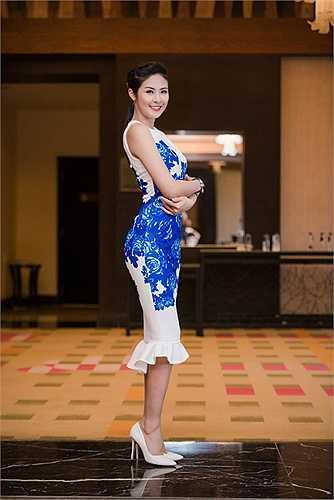 Hoa hậu Việt Nam 2010 khoe sắc vóc gợi cảm trong thiết kế ôm sát.