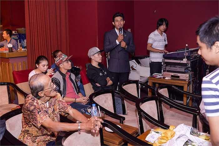 Nguyễn Hồng Ân ra mắt báo giới album 'Hạnh phúc mang theo'. Sau một thời gian dài ấp ủ, nam ca sỹ hoàn thành được ước nguyện ra mắt album gồm 10 sáng tác nổi tiếng của nhạc sỹ Lam Phương.