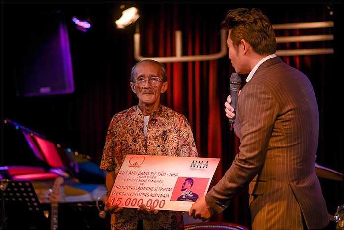 Cũng trong buổi họp báo, Hồng Ân đã gởi tặng 15 triệu đồng cho viện dưỡng lão nghệ sỹ neo đơn tại TP.HCM. Anh cho biết, toàn bộ doanh thu từ việc bán album 'Hạnh phúc mang theo' cũng sẽ đưa vào quỹ Ánh sáng từ tâm.