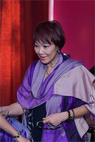 Danh ca Kim Anh. Danh ca Kim Anh và Họa Mi đã đến từ sớm để cùng Nguyễn Hồng Ân ôn lại kỷ niệm thu âm chung.