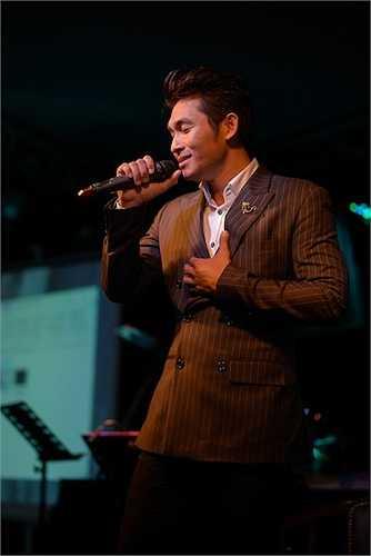 Nguyễn Hồng Ân thể hiện ca khúc chủ đề 'Hạnh phúc mang theo' để dành tặng cho các khách mời có mặt tại sự kiện.