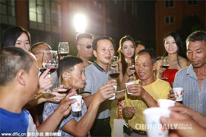 Giám đốc một số công ty thuộc khu công nghiệp ở thành phố Đông Quản (Trung Quốc) đã mời hàng trăm công nhân đến dự tiệc mừng Trung thu