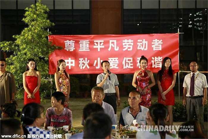 Không chỉ có mời các công nhân dự tiệc mà chính người đứng đầu công ty còn đích thân rót rượu, phục vụ các công nhân trong bữa ăn