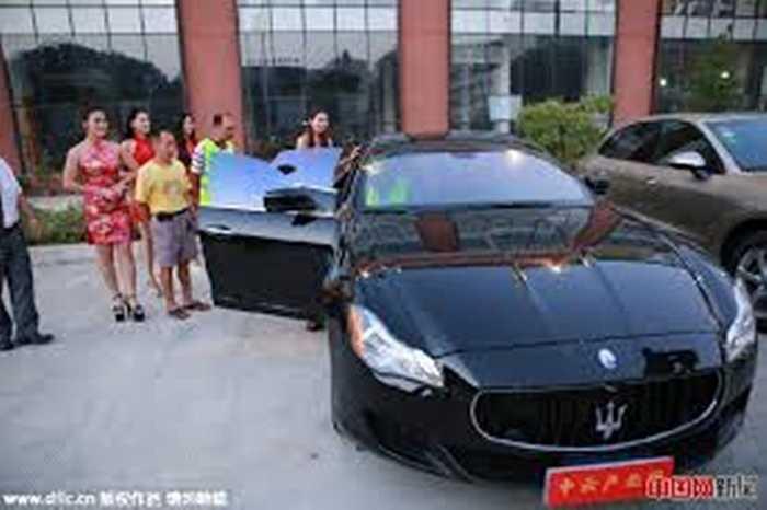 Trước khi bắt đầu bữa tiệc, chủ công ty đích thân mời từng khách lên xe ô tô sang trọng trải nghiệm. Chiếc xe này là Maserati, đưa đến cho các công nhân cảm giác rất mới lạ