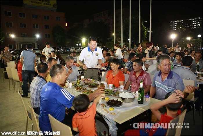 Mỗi bàn tiệc có rượu, bánh, trái cây, cá, thịt gà. Ban tổ chức cho rằng vấn đề không phải ở việc món ăn thế nào mà quan trọng là cách tôn trọng với người lao động ra sao