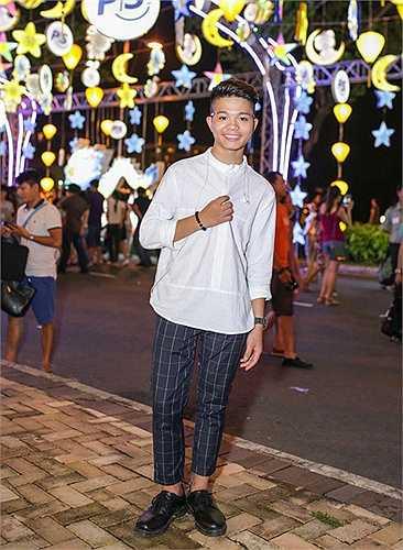 Tài năng xứ Thanh cũng chăm chút hơn về vẻ bề ngoài và ăn diện sành điệu không kém các nghệ sĩ trẻ của showbiz Việt để sớm thoát khỏi cái mác ca sĩ nhí đi hát.